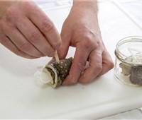Jobi®-Roller:   Die süß-saurenmit Zwiebel gerollteneingelegten Jobi- Saiblingsfilets werde
