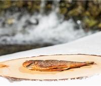 Jobi ®- Bachsaibling geräuchert:   Heiß geräucheter Jobi-Bachsaibling mit Oberskren, Butter und getoastetem Wei