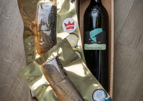 Fisch & Wein Small:   1 Fl. Der Wein zum Fisch, 2 Stk. geräucherte Jobi®-Seeforellenfilets 200 g,
